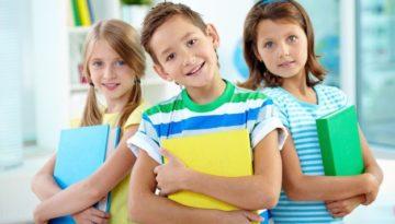 alunos-com-livros-na-mao-primeiro-dia-de-aula
