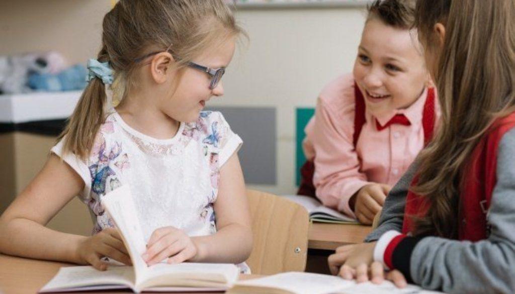 alunos-sentados-comunicação-não-violenta