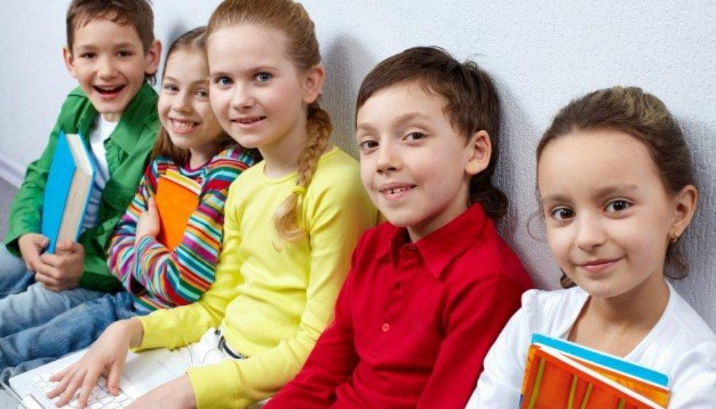 crianças-olhando-para-a-camera