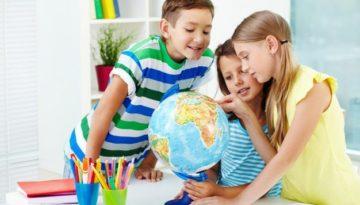 Crianças pensando o dia da água na escola