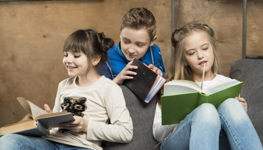 Criança como contador de histórias na escola