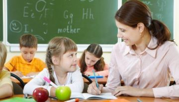 educador-ajudando-aluno