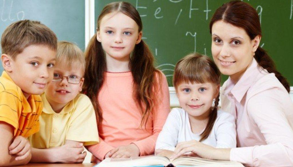 Escola com captação de novos alunos cercando a professora.