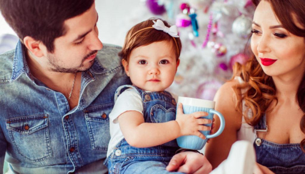 Pais educam filho com disciplina positiva em casa.