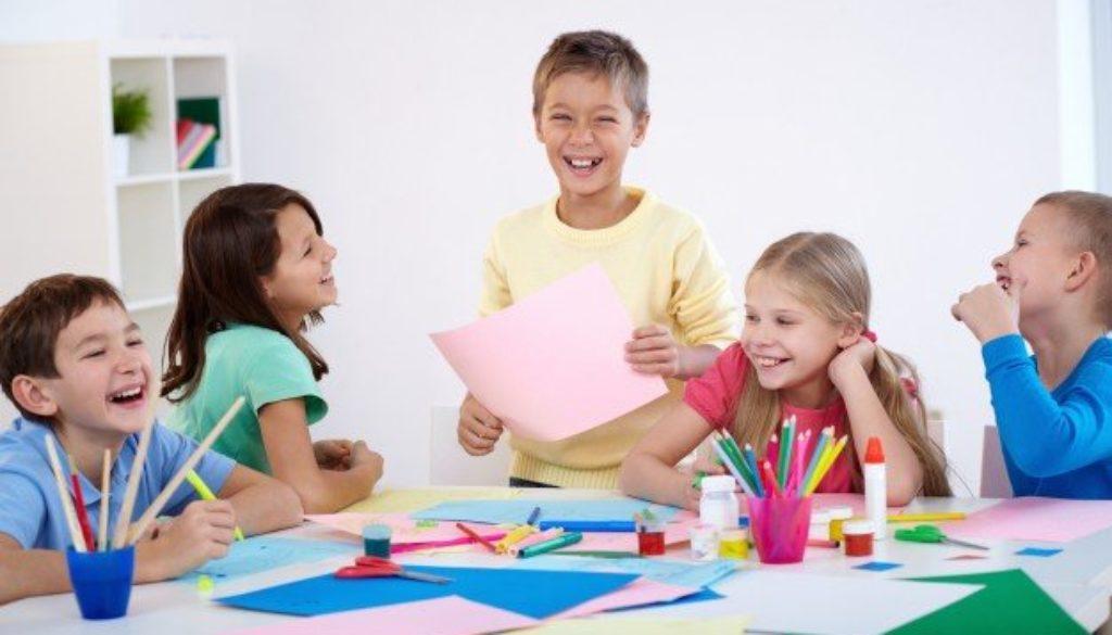 Alunos aprendem competências socioemocionais em sala de aula.