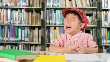 Criança chorando, em ação de recusa escolar.