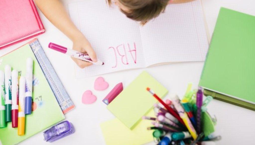 Aluna praticando atividades de escrita