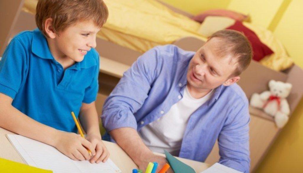 Pai aprende como ajudar o filho no estudos em semana de provas.