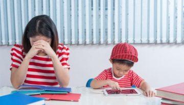 Alunos em sala de aula, um com transtorno de aprendizagem e outro com dificuldade de aprendizagem