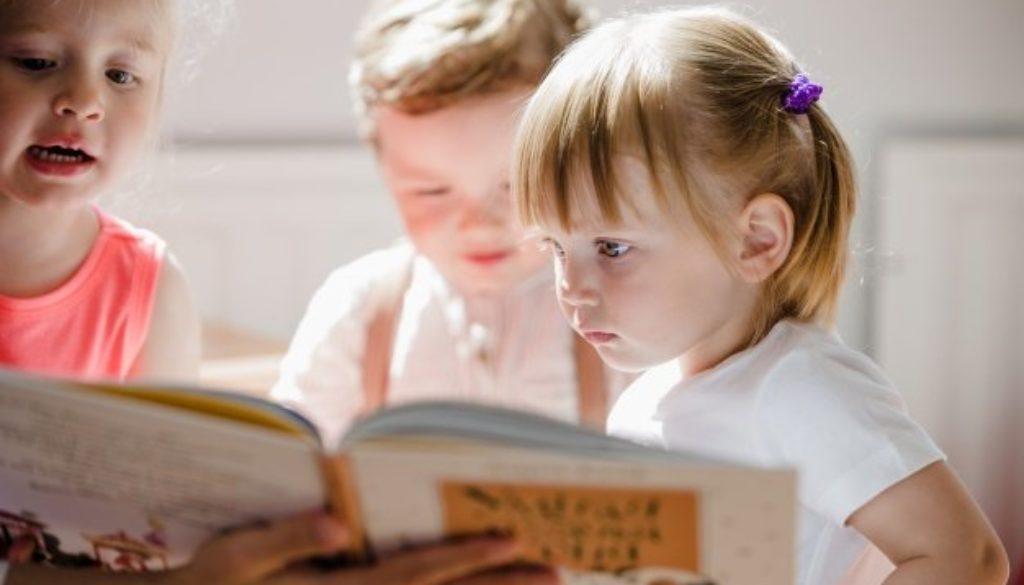 Crianças em sala em projeto sobre como incentivar a leitura.