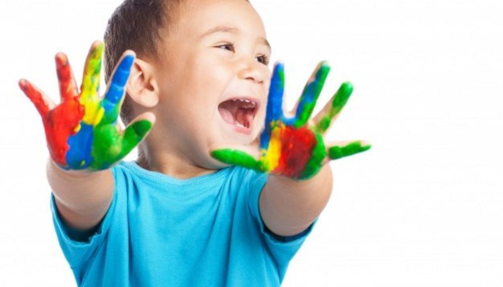 Criança brinca com tinta no dia nacional das artes