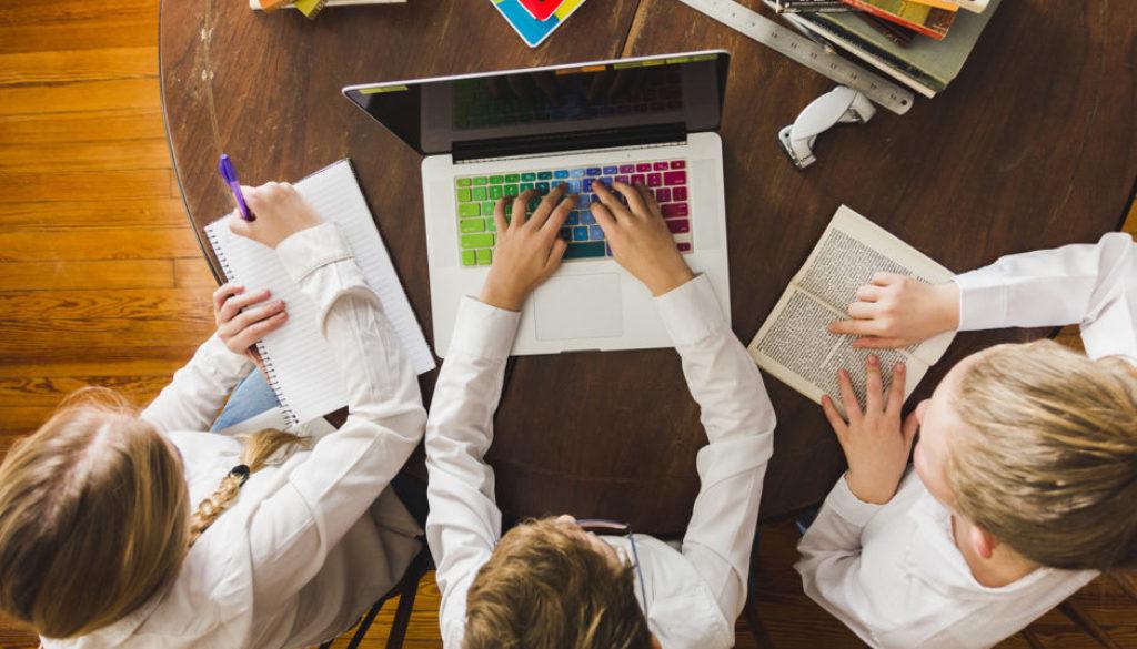 Estudantes engajados na escola com o apoio de empresas de educação