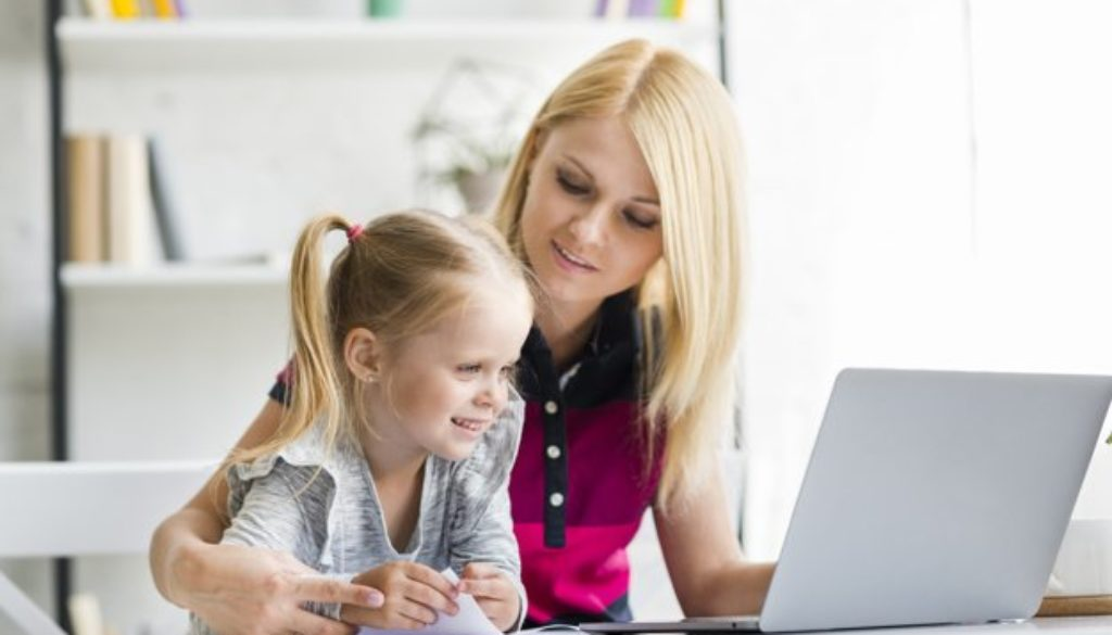 Professora utilizando tecnologia na educação.