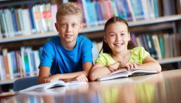 Crianças desenvolvendo habilidades socioemocionais na escola