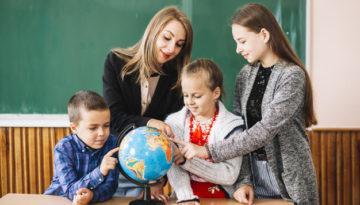 Professora ensinando alunos em sala de aula antes de receber mensagem do dia dos professores