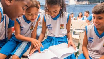 Light e Estante Mágica ajudam formação de pequenos escritores em escolas públicas