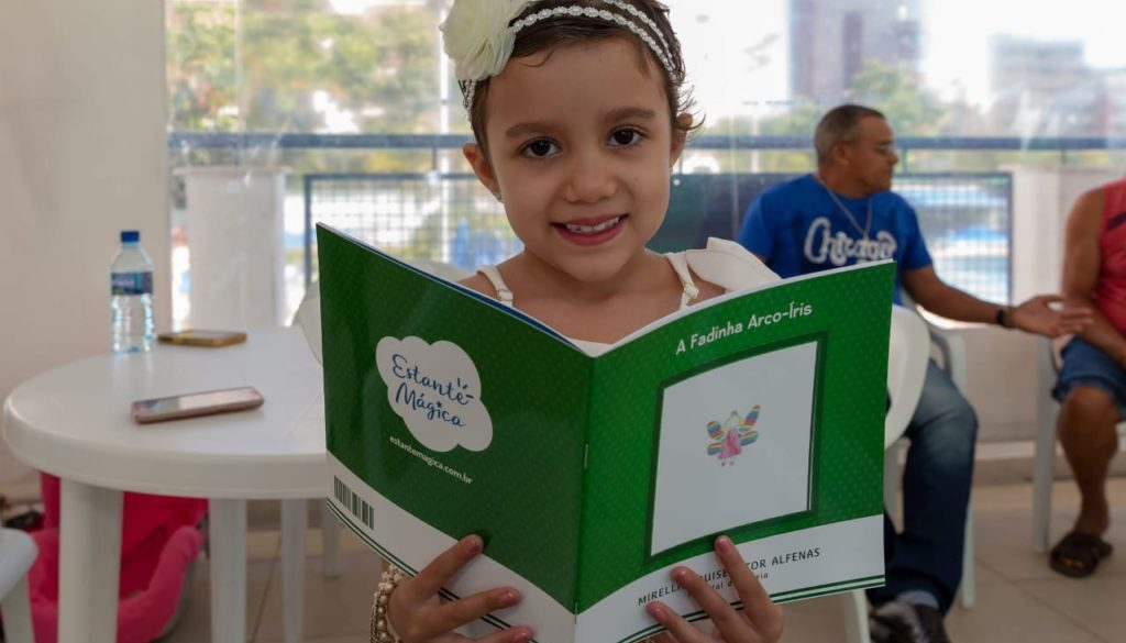 Mirella Alfenas e dia de autógrafos