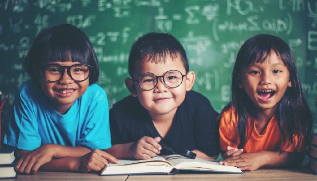 Projeto de incentivo à leitura estimulando crianças na sala de aula