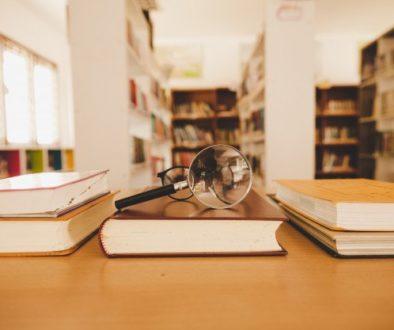 Livros paradidáticos em biblioteca escolar.