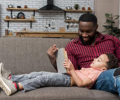 estante-magica-pai-lendo-com-filho