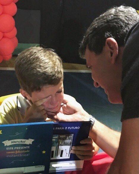 menino-chorando-autografando-livro