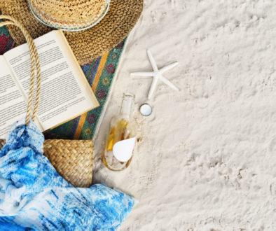 Livro na praia no verão