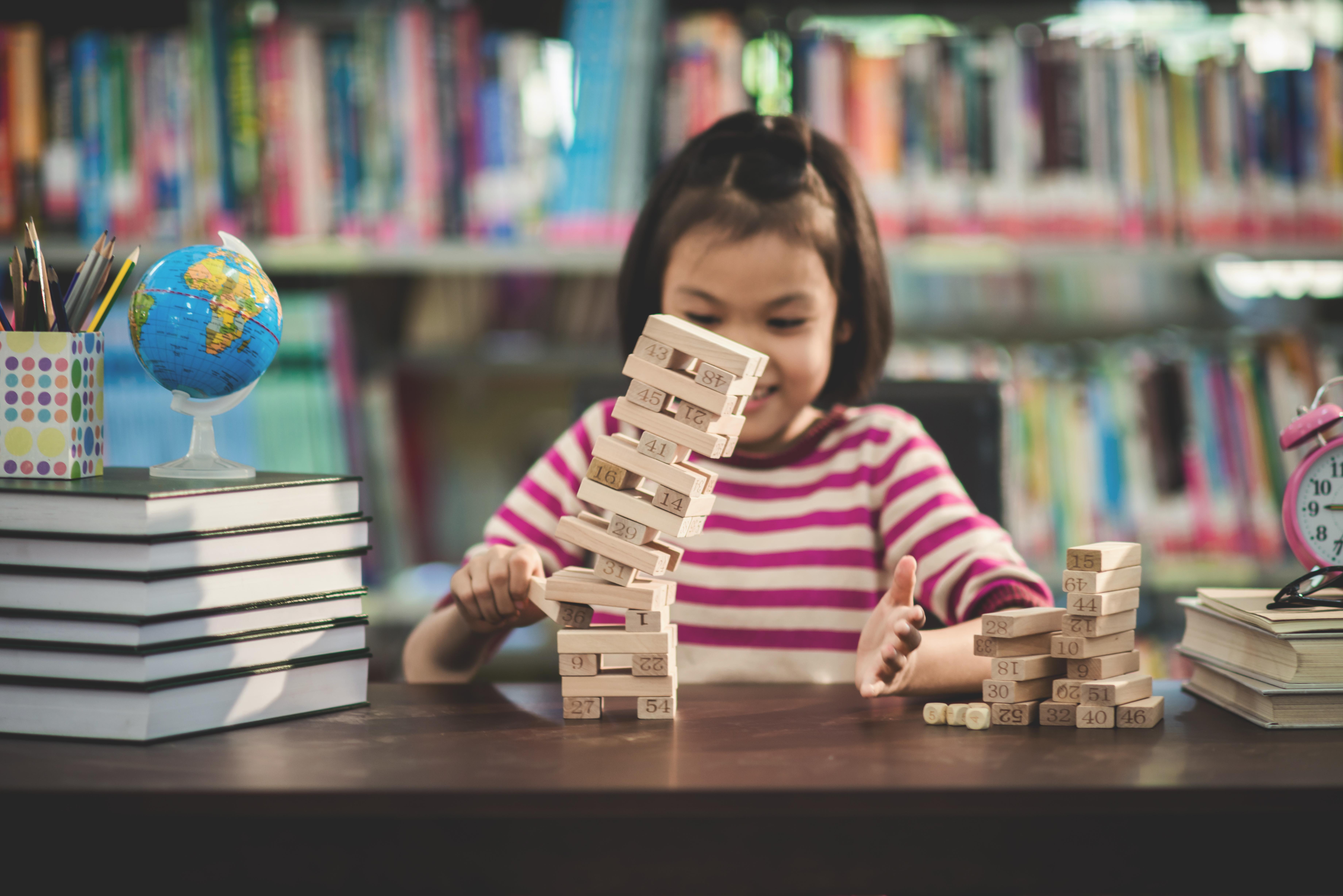Criança aprendendo com metodologia ativa
