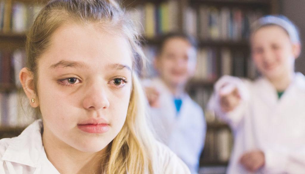 Crianças praticam cyberbullying e magoam colega de escola.
