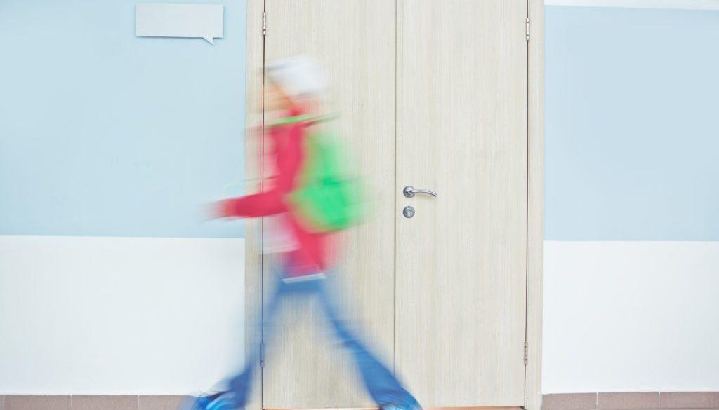 Aluno praticando a evasão escolar e abandonando a aula.