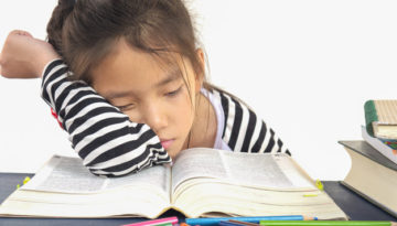 Criança dormindo mostra erros do incentivo à leitura na escola