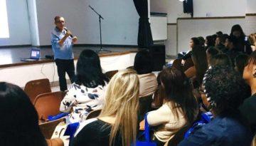 Willmann Costa durante evento falando sobre aluno como protagonista em sala de aula