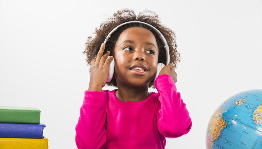 Criança sendo estimulada a aprender música na educação infantil.