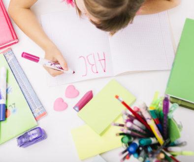 Aluna escrevendo utilizando seu aprendizado de alfabetização e letramento