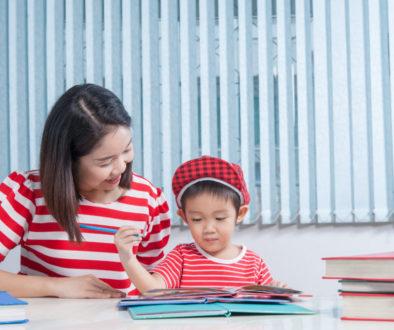 Mãe ajudando dever de casa do filho estimulando a família na escola