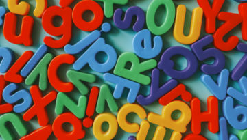 Letras dispostas em uma mesa para utilizar com o método fônico de alfabetização.