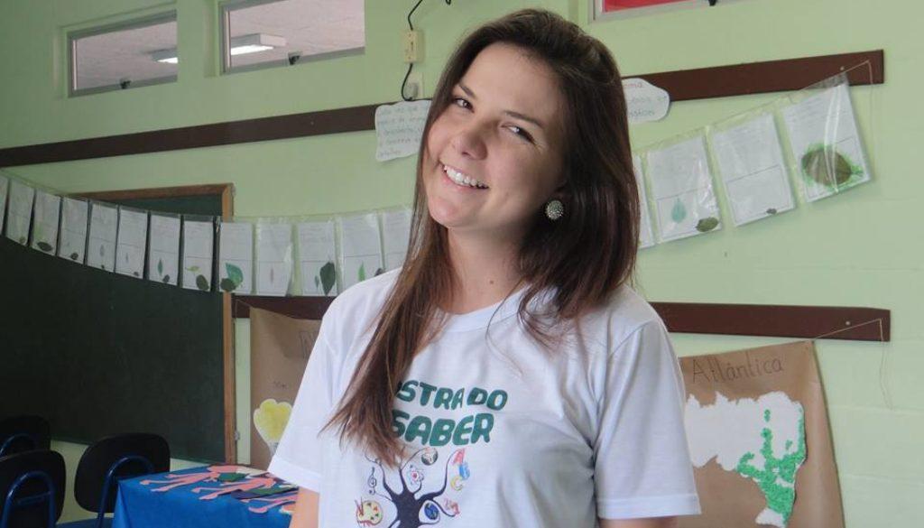 Professora parceira do projeto Estante Mágica.