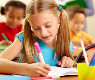 Criança aprendendo com a Pedagogia Waldorf.